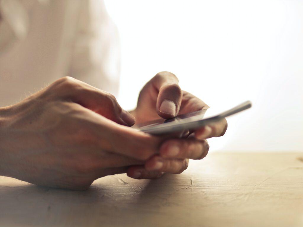Hilfe Online, digital und virtuell per Chat oder Videokonferenz durch Sterbebegleitung und Trauerbegleitung über den Notruf der SterbeNotrufs Deutschland